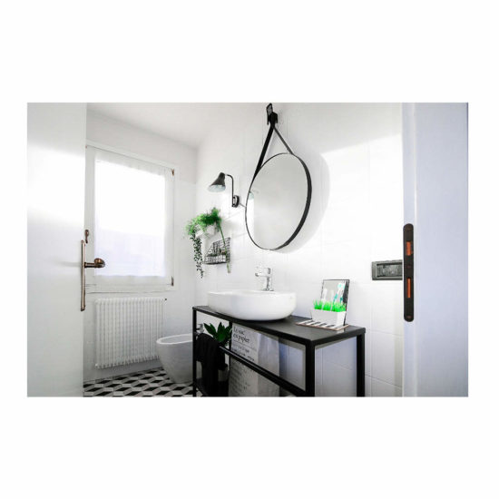 ristrutturazione bagno piccolo, bagno bianco e nero, progettazione interni treviso